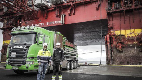 Vacumkjempen Nord-Norge foran Floatel Superior i 2016.